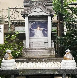 白い蛇の像